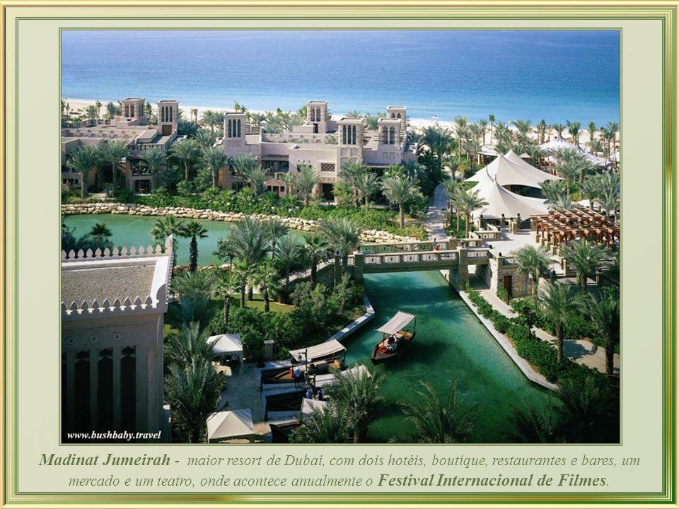 Madinat Jumeirah - maior resort de Dubai, com dois hotéis, boutique, restaurantes e bares, um mercado e um teatro, onde acontece anualmente o Festival Internacional de Filmes.