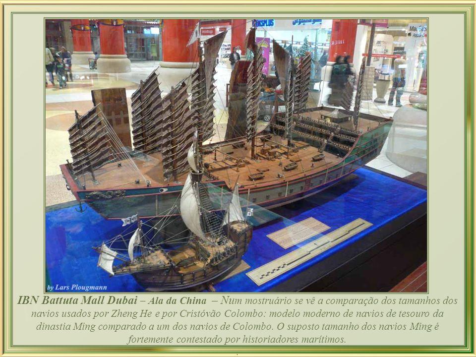 IBN Battuta Mall Dubai – Ala da China – Num mostruário se vê a comparação dos tamanhos dos navios usados por Zheng He e por Cristóvão Colombo: modelo moderno de navios de tesouro da dinastia Ming comparado a um dos navios de Colombo. O suposto tamanho dos navios Ming é fortemente contestado por historiadores marítimos.