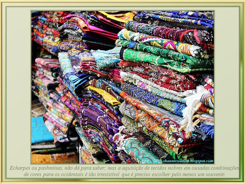 Echarpes ou pashminas, não dá para saber; mas a aquisição de tecidos nobres em ousadas combinações de cores para os ocidentais é tão irresistível que é preciso escolher pelo menos um souvenir.