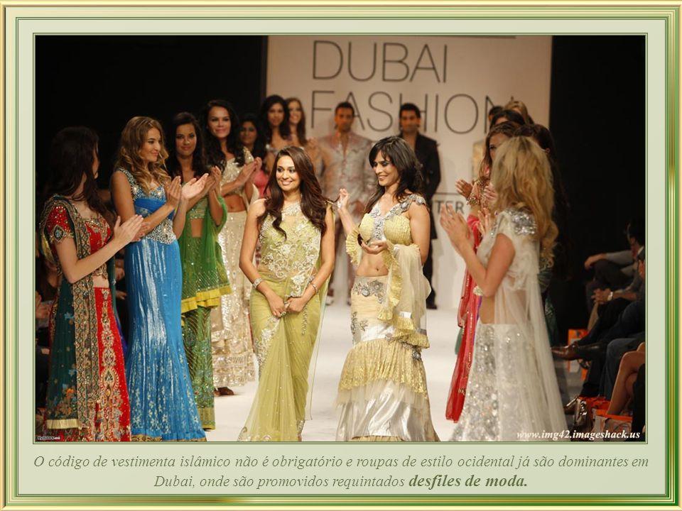 O código de vestimenta islâmico não é obrigatório e roupas de estilo ocidental já são dominantes em Dubai, onde são promovidos requintados desfiles de moda.