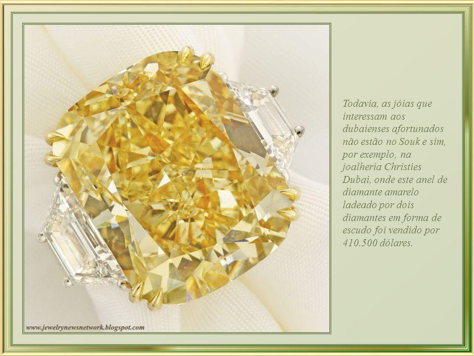 Todavia, as jóias que interessam aos dubaienses afortunados não estão no Souk e sim, por exemplo, na joalheria Christies Dubai, onde este anel de diamante amarelo ladeado por dois diamantes em forma de escudo foi vendido por 410.500 dólares.