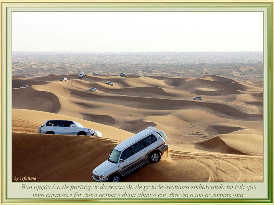 Boa opção é a de participar da sensação de grande aventura embarcando no rali que uma caravana faz duna acima e duna abaixo em direção a um acampamento.