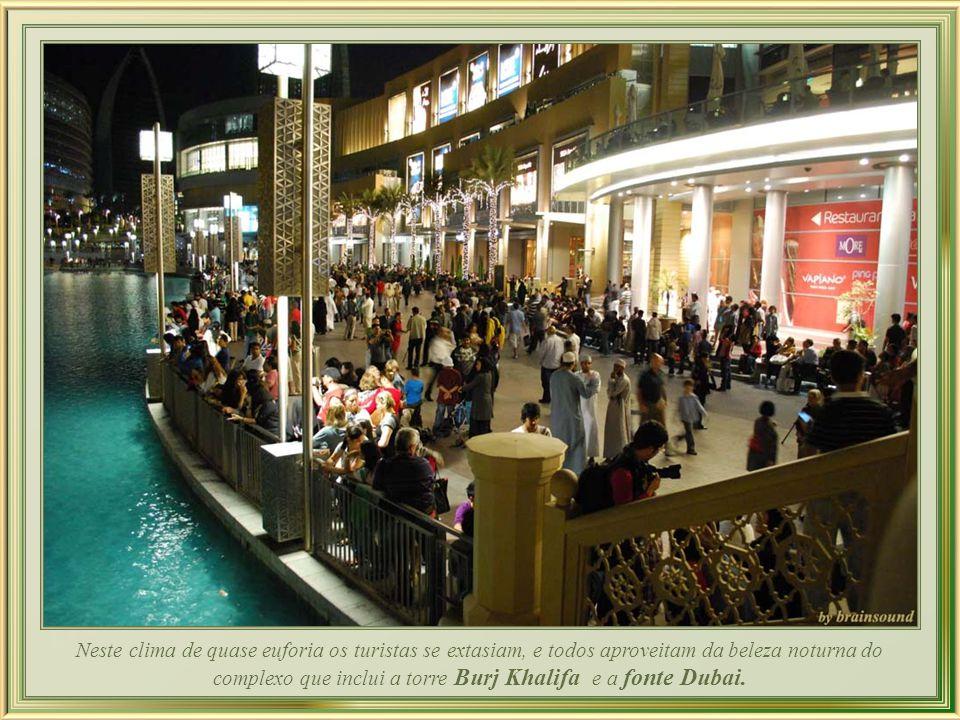 Neste clima de quase euforia os turistas se extasiam, e todos aproveitam da beleza noturna do complexo que inclui a torre Burj Khalifa e a fonte Dubai.