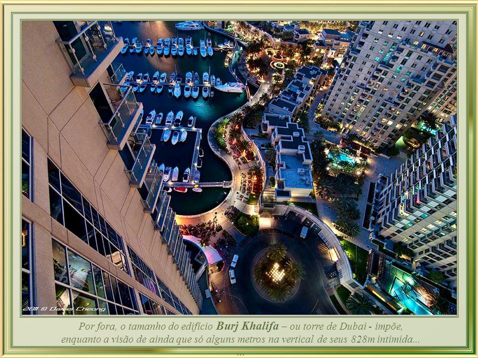 Por fora, o tamanho do edifício Burj Khalifa – ou torre de Dubai - impõe,