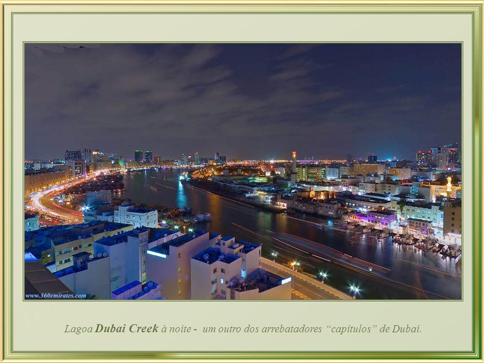 Lagoa Dubai Creek à noite - um outro dos arrebatadores capítulos de Dubai.