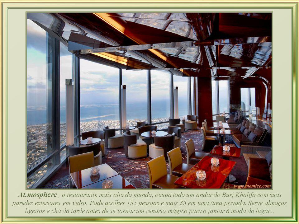 At.mosphere , o restaurante mais alto do mundo, ocupa todo um andar do Burj Khalifa com suas paredes exteriores em vidro.