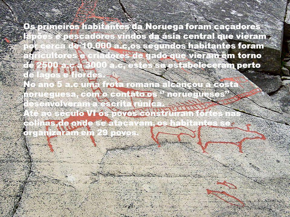Os primeiros habitantes da Noruega foram caçadores lapões e pescadores vindos da ásia central que vieram por cerca de 10.000 a.c,os segundos habitantes foram agricultores e criadores de gado que vieram em torno de 2500 a.c a 3000 a.c, estes se estabeleceram perto de lagos e fiordes.