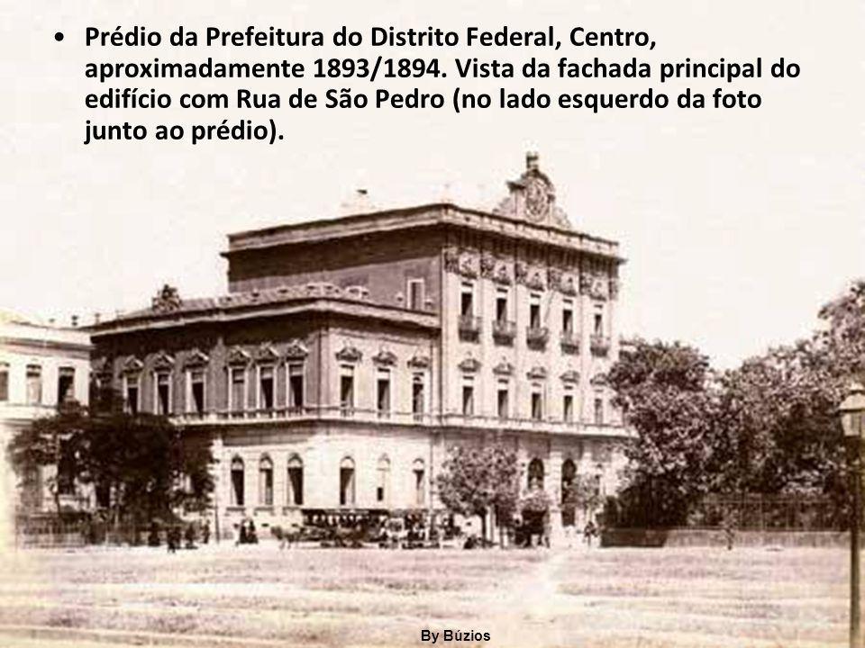 Prédio da Prefeitura do Distrito Federal, Centro, aproximadamente 1893/1894. Vista da fachada principal do edifício com Rua de São Pedro (no lado esquerdo da foto junto ao prédio).