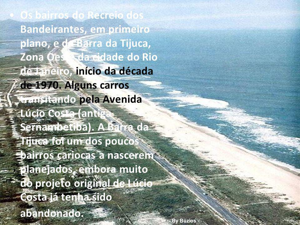 Os bairros do Recreio dos Bandeirantes, em primeiro plano, e da Barra da Tijuca, Zona Oeste da cidade do Rio de Janeiro, início da década de 1970. Alguns carros transitando pela Avenida Lúcio Costa (antiga Sernambetiba). A Barra da Tijuca foi um dos poucos bairros cariocas a nascerem planejados, embora muito do projeto original de Lúcio Costa já tenha sido abandonado.