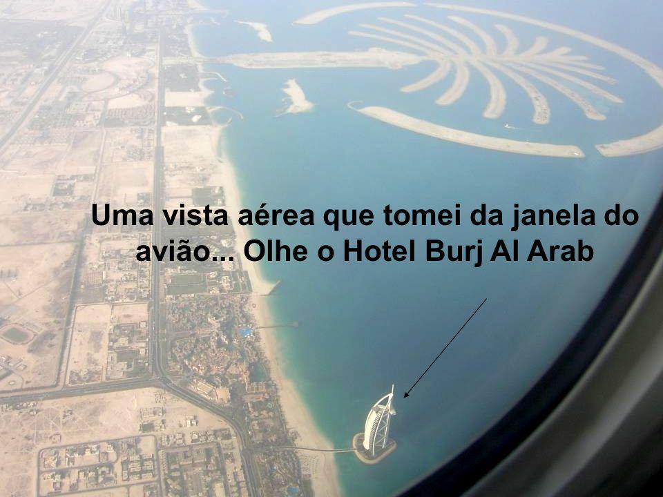 Uma vista aérea que tomei da janela do avião... Olhe o Hotel Burj Al Arab