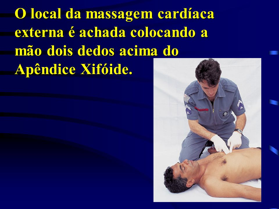 O local da massagem cardíaca externa é achada colocando a mão dois dedos acima do Apêndice Xifóide.