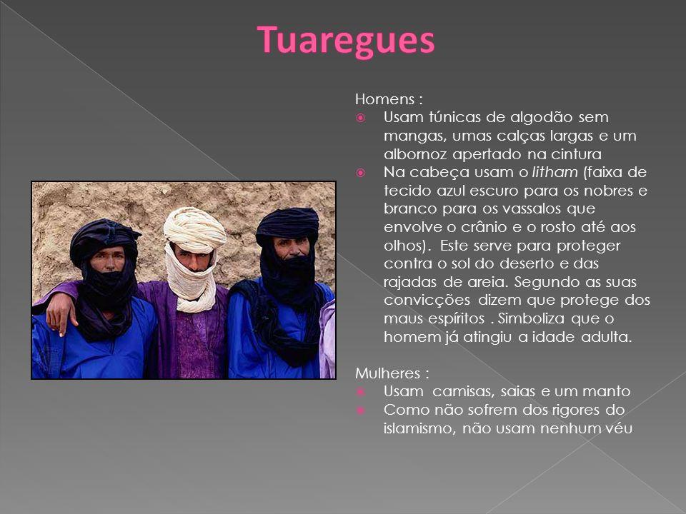 Tuaregues Homens : Usam túnicas de algodão sem mangas, umas calças largas e um albornoz apertado na cintura.