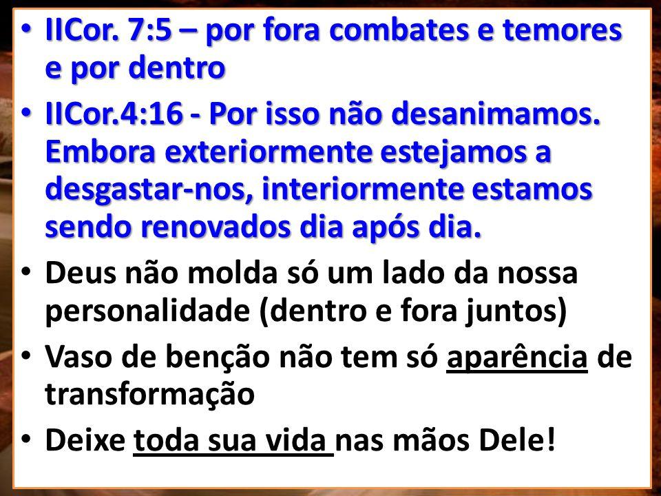 PARA MOLDAR O VASO, O OLEIRO TRABALHA COM TORNO