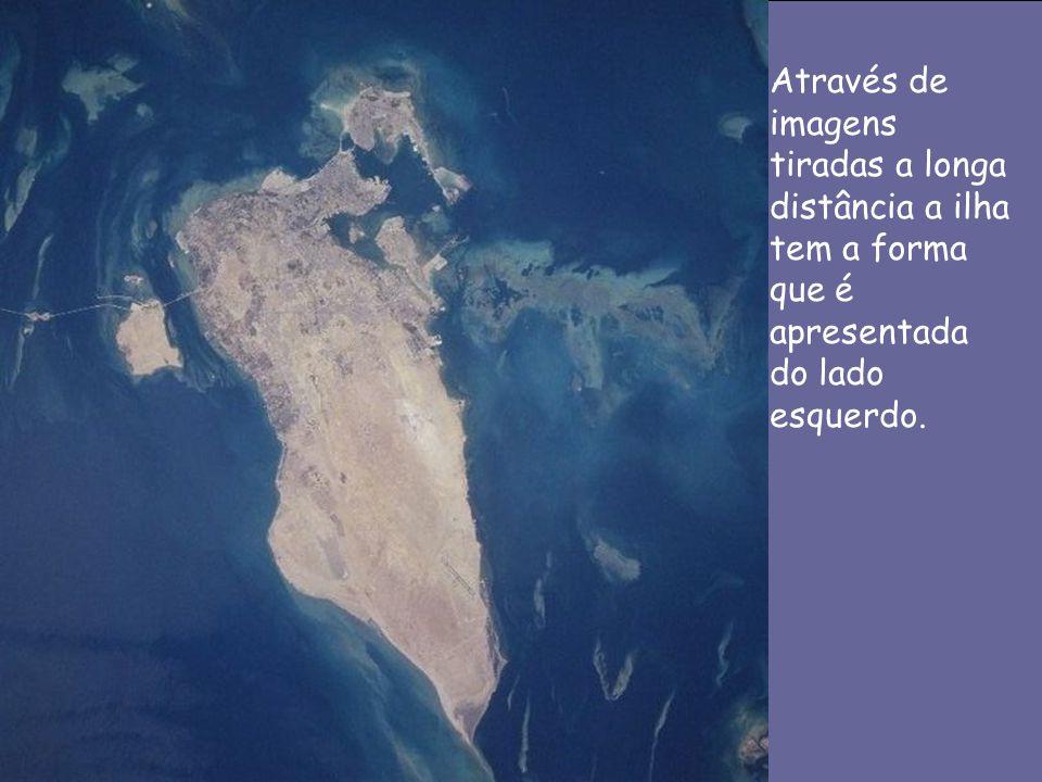 Através de imagens tiradas a longa distância a ilha tem a forma que é apresentada do lado esquerdo.
