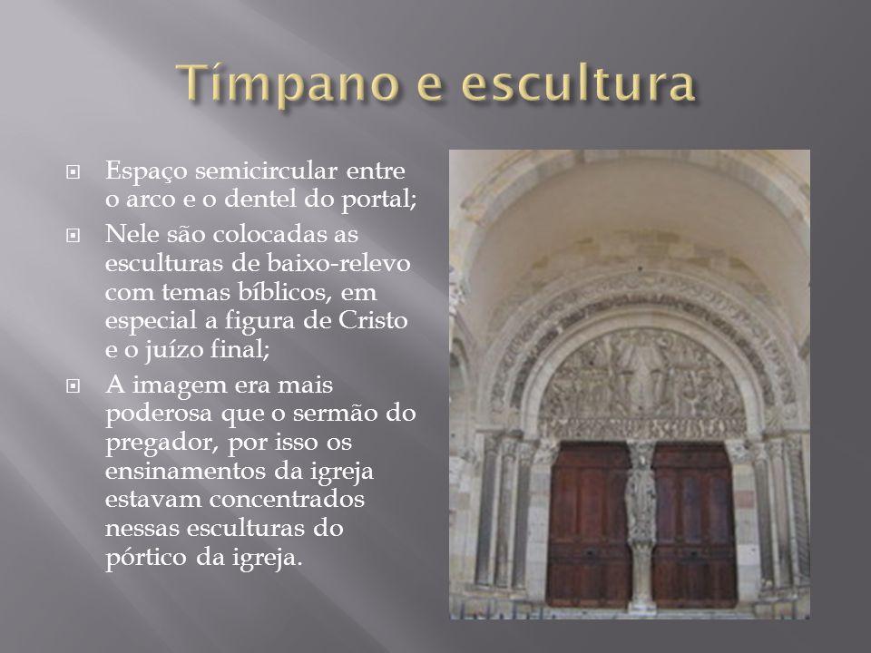 Tímpano e escultura Espaço semicircular entre o arco e o dentel do portal;
