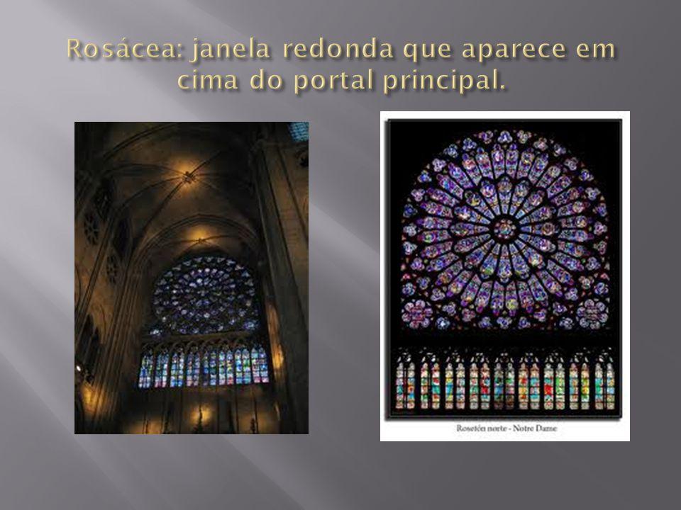 Rosácea: janela redonda que aparece em cima do portal principal.