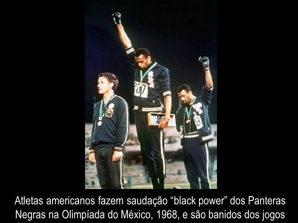Atletas americanos fazem saudação black power dos Panteras Negras na Olimpíada do México, 1968, e são banidos dos jogos