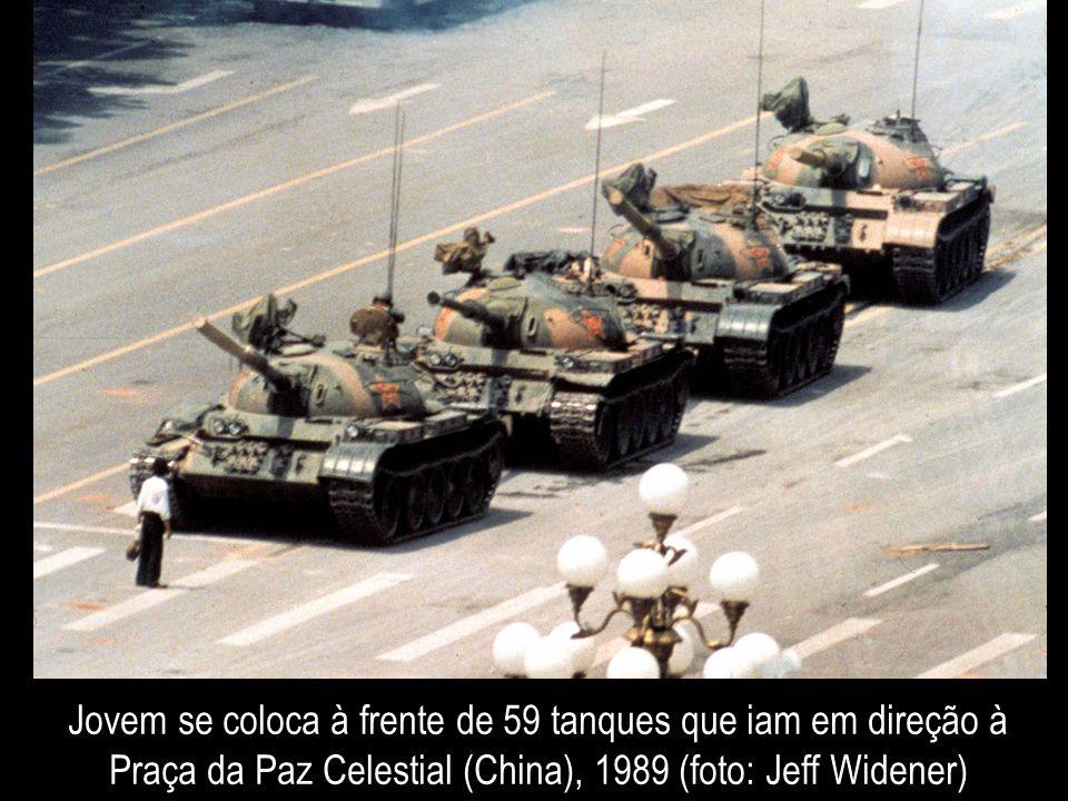 Jovem se coloca à frente de 59 tanques que iam em direção à Praça da Paz Celestial (China), 1989 (foto: Jeff Widener)