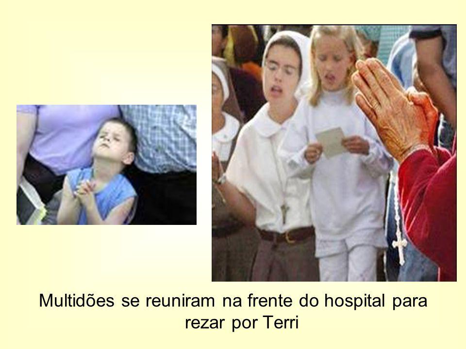 Multidões se reuniram na frente do hospital para rezar por Terri