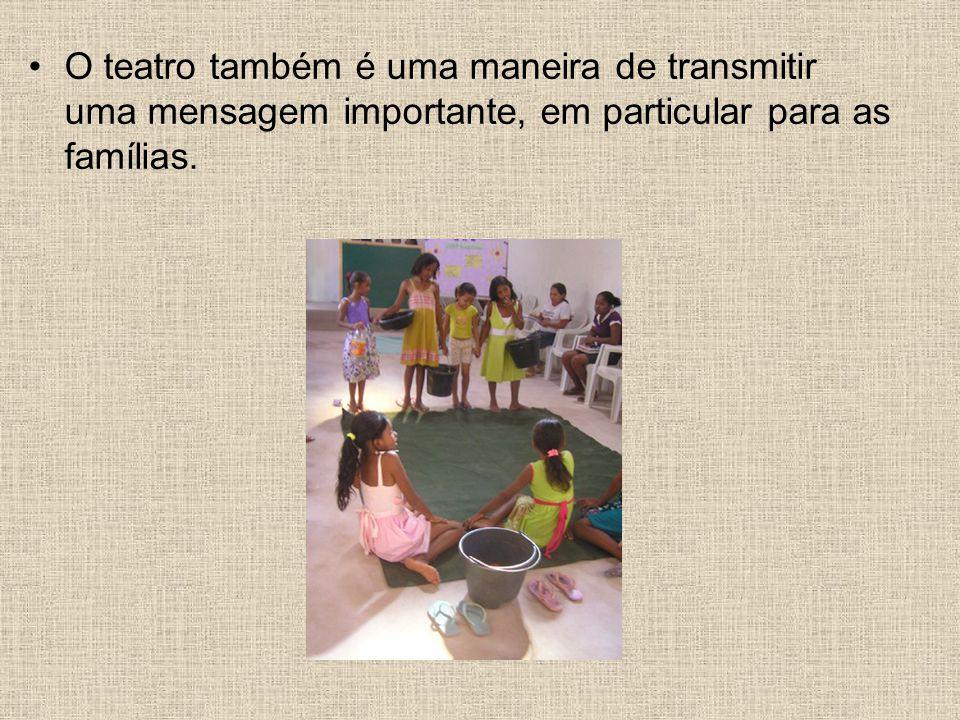 O teatro também é uma maneira de transmitir uma mensagem importante, em particular para as famílias.