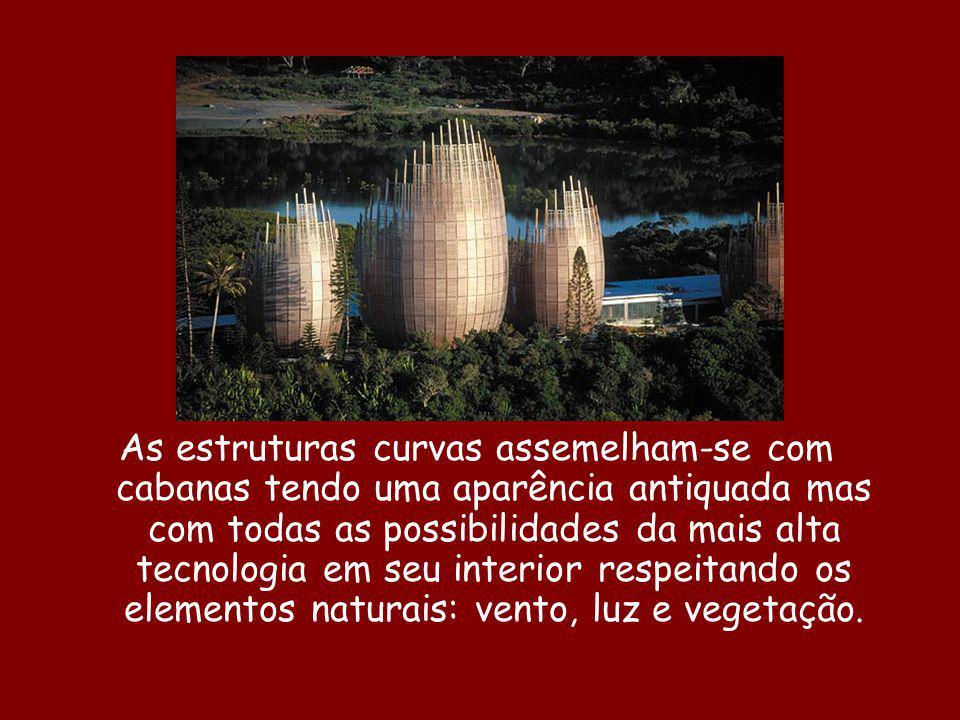 As estruturas curvas assemelham-se com cabanas tendo uma aparência antiquada mas com todas as possibilidades da mais alta tecnologia em seu interior respeitando os elementos naturais: vento, luz e vegetação.
