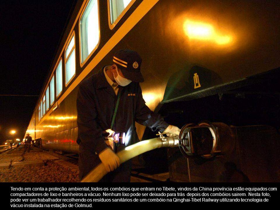 Tendo em conta a proteção ambiental, todos os combóios que entram no Tibete, vindos da China província estão equipados com compactadores de lixo e banheiros a vácuo.