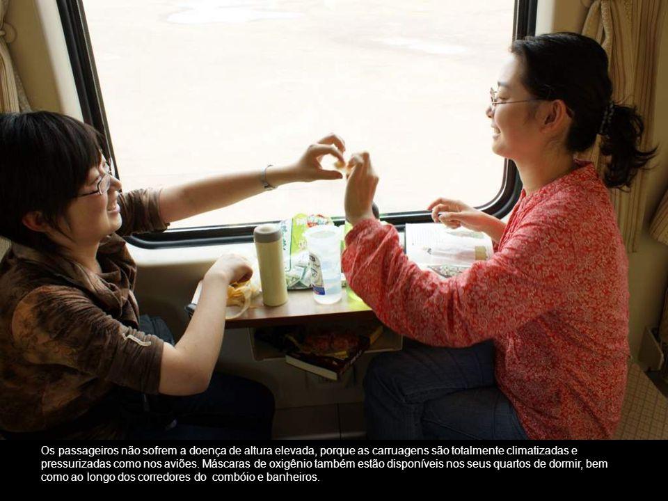 Os passageiros não sofrem a doença de altura elevada, porque as carruagens são totalmente climatizadas e pressurizadas como nos aviões.