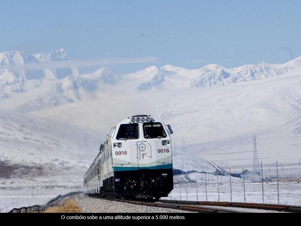 O combóio sobe a uma altitude superior a 5.000 metros.