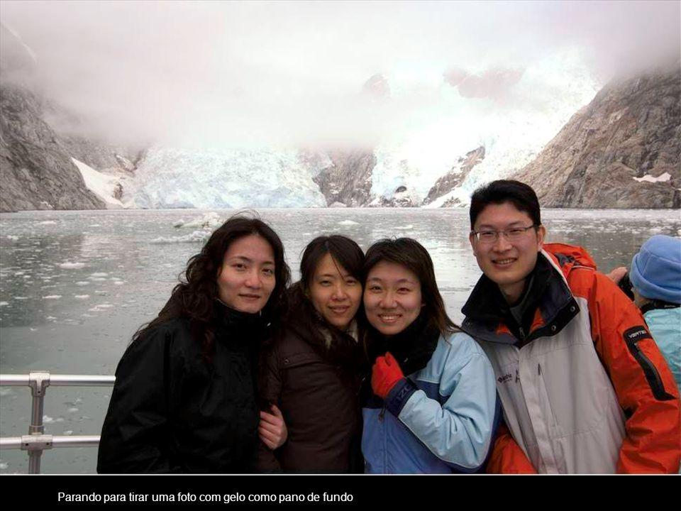 Parando para tirar uma foto com gelo como pano de fundo