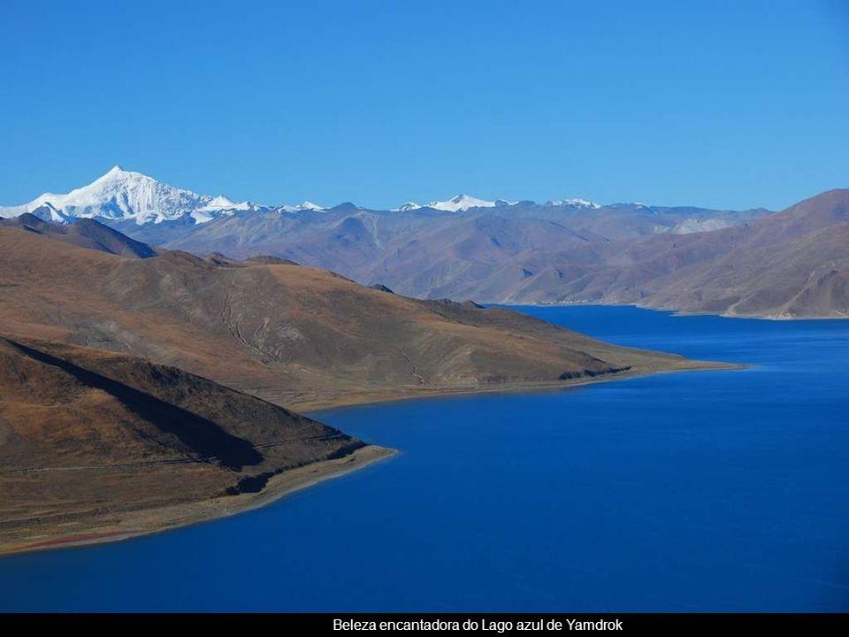 Beleza encantadora do Lago azul de Yamdrok