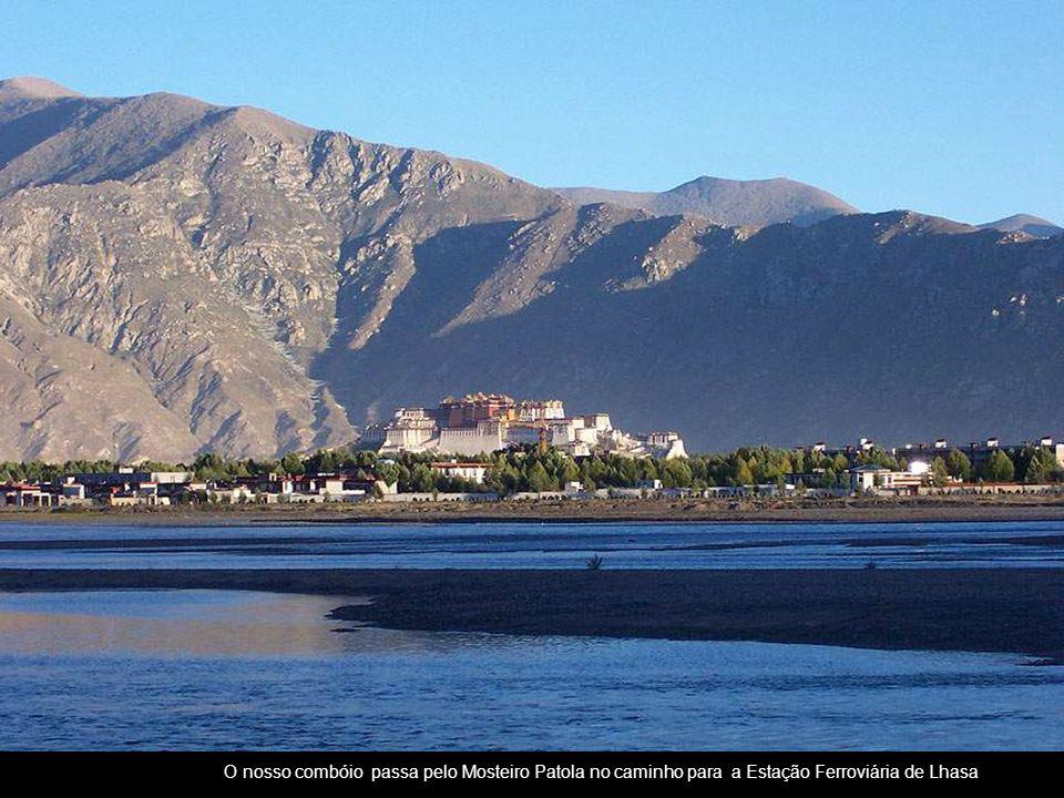 O nosso combóio passa pelo Mosteiro Patola no caminho para a Estação Ferroviária de Lhasa