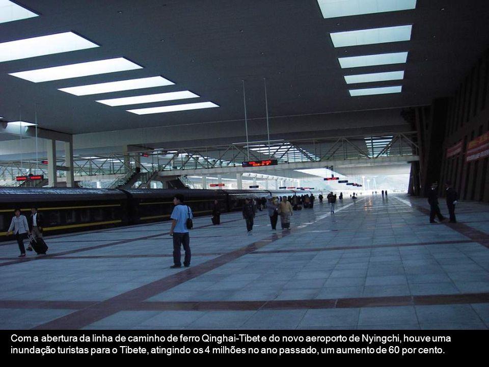 Com a abertura da linha de caminho de ferro Qinghai-Tibet e do novo aeroporto de Nyingchi, houve uma inundação turistas para o Tibete, atingindo os 4 milhões no ano passado, um aumento de 60 por cento.