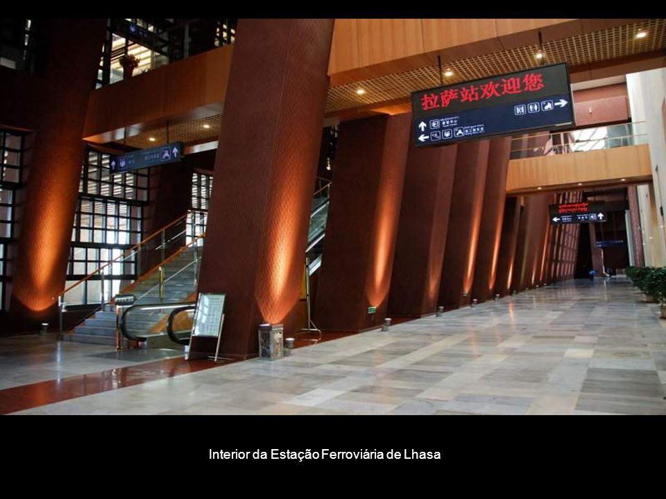 Interior da Estação Ferroviária de Lhasa