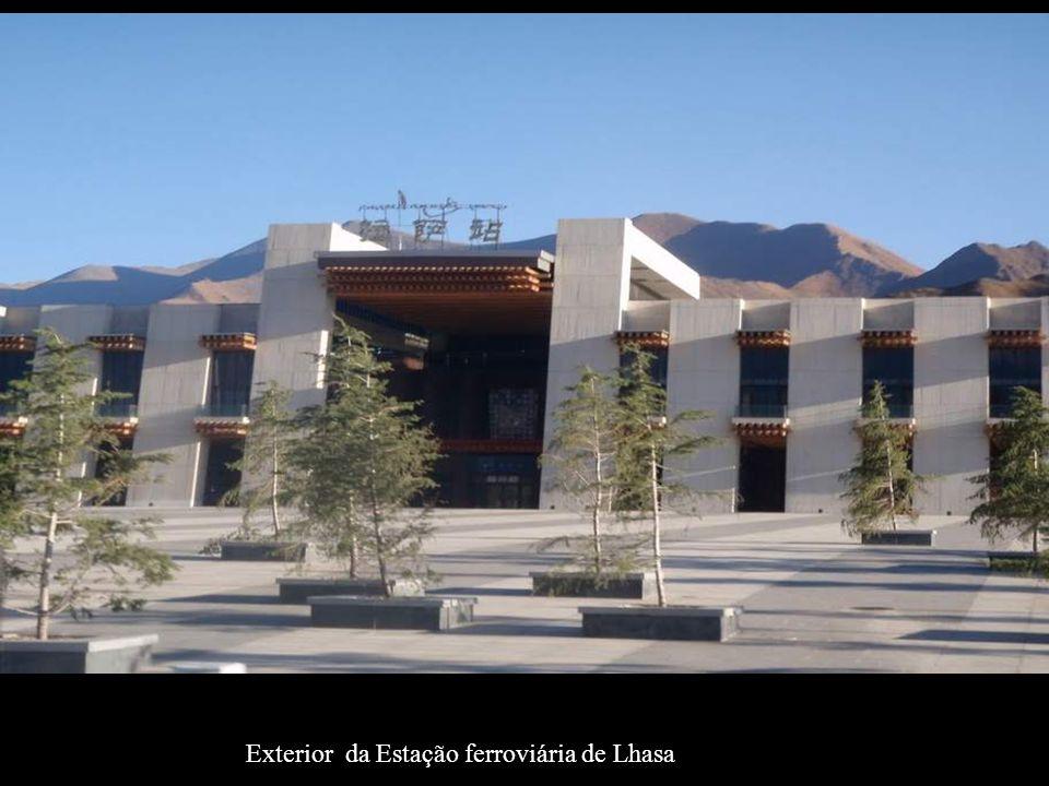Exterior da Estação ferroviária de Lhasa