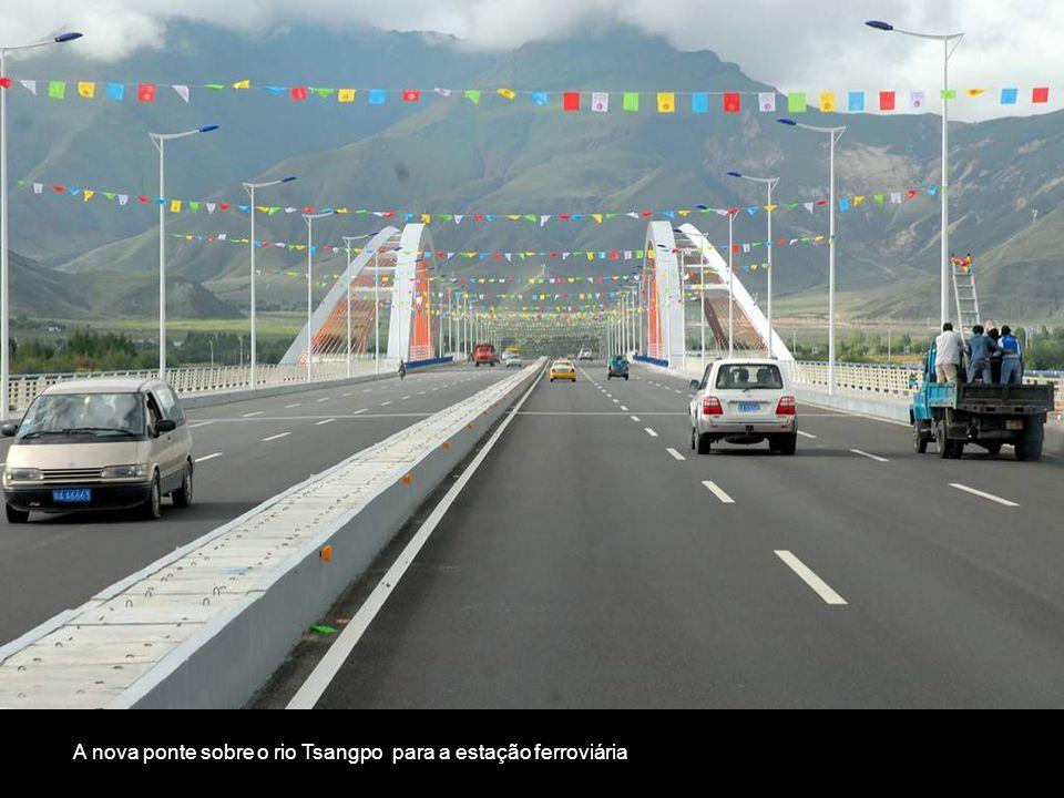 A nova ponte sobre o rio Tsangpo para a estação ferroviária