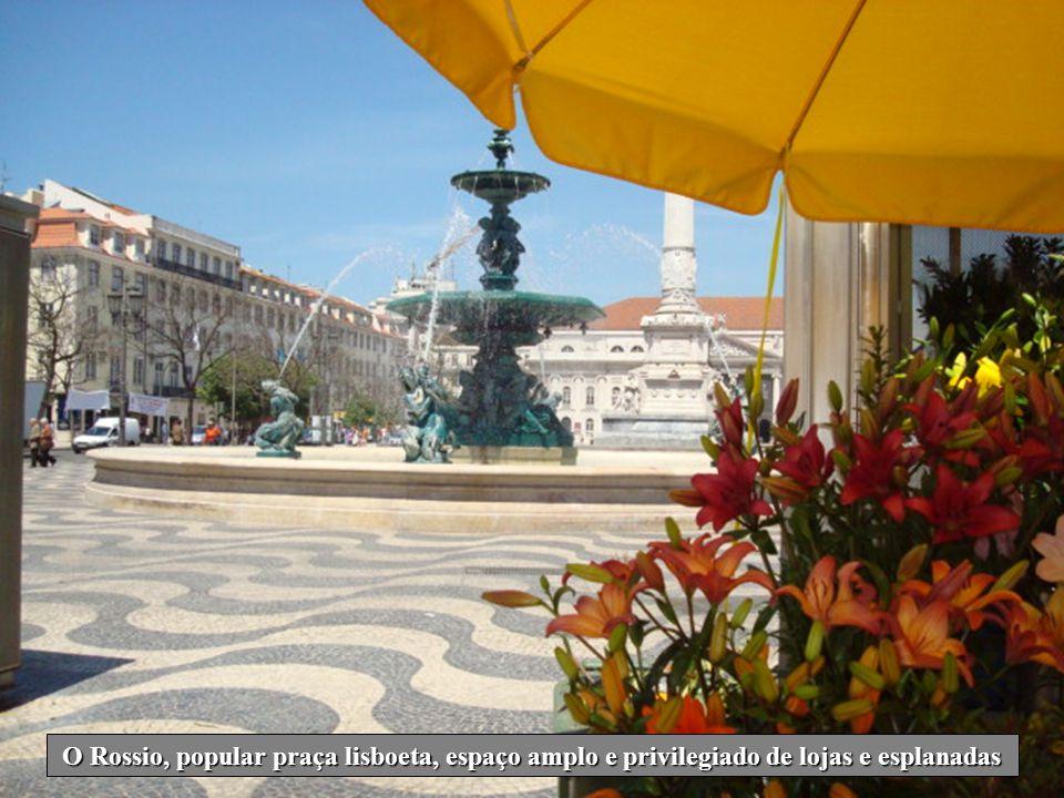 O Rossio, popular praça lisboeta, espaço amplo e privilegiado de lojas e esplanadas