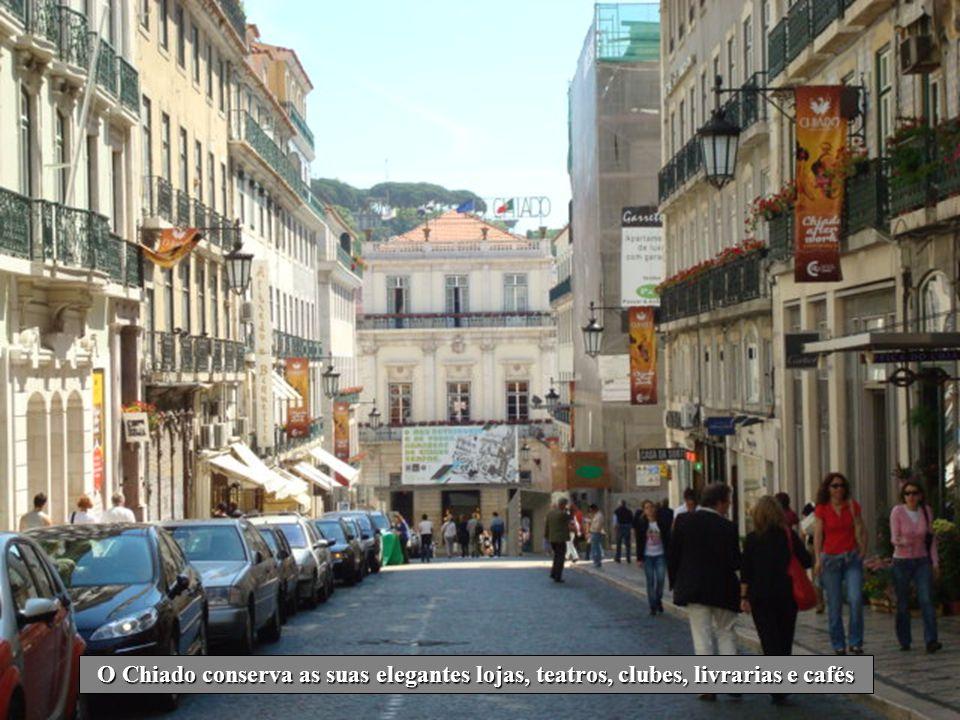 O Chiado conserva as suas elegantes lojas, teatros, clubes, livrarias e cafés