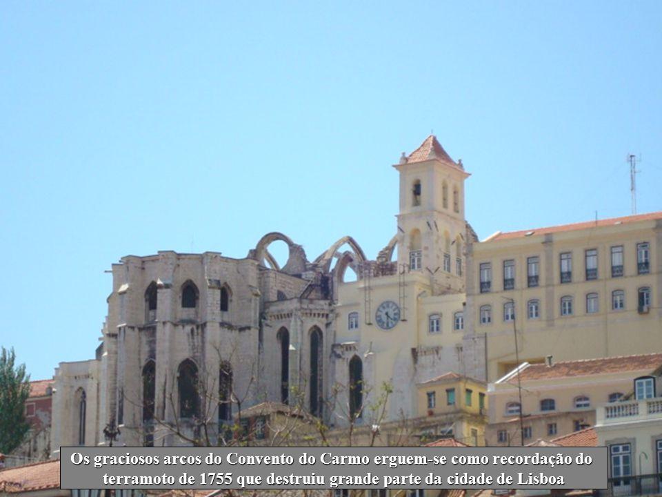 Os graciosos arcos do Convento do Carmo erguem-se como recordação do