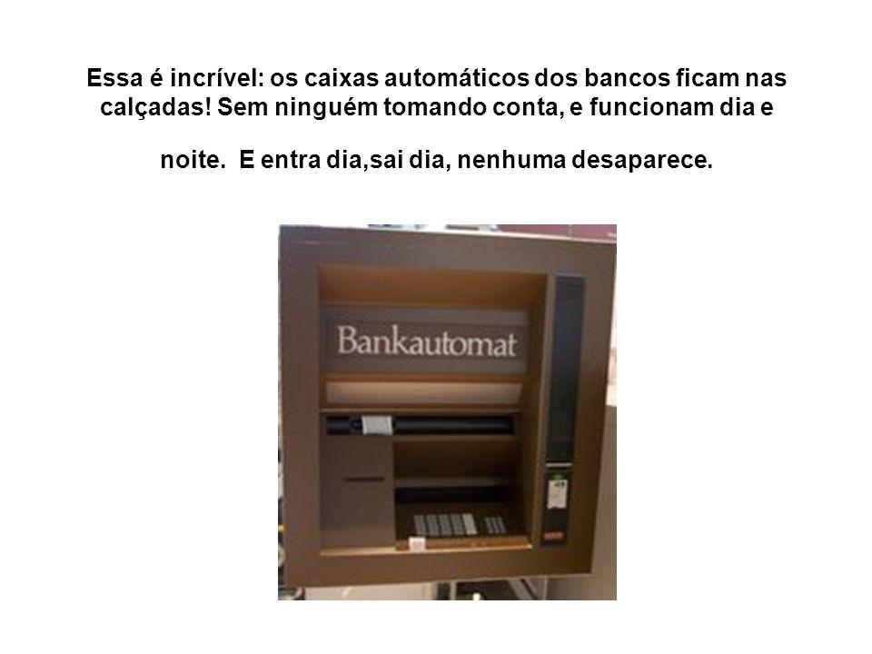 Essa é incrível: os caixas automáticos dos bancos ficam nas calçadas