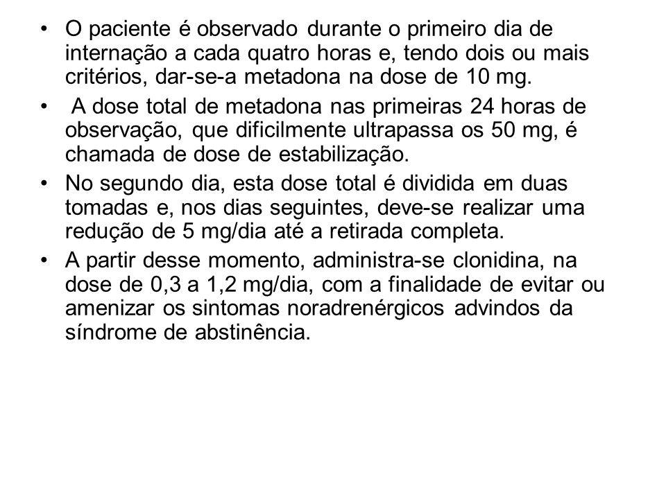 O paciente é observado durante o primeiro dia de internação a cada quatro horas e, tendo dois ou mais critérios, dar-se-a metadona na dose de 10 mg.