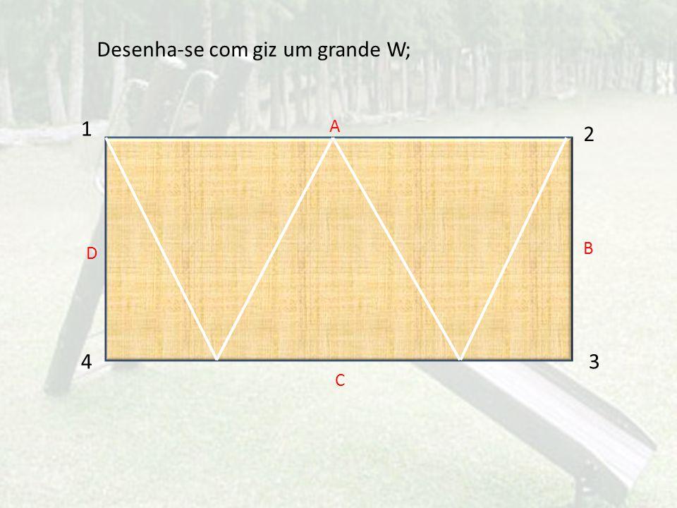 Desenha-se com giz um grande W;