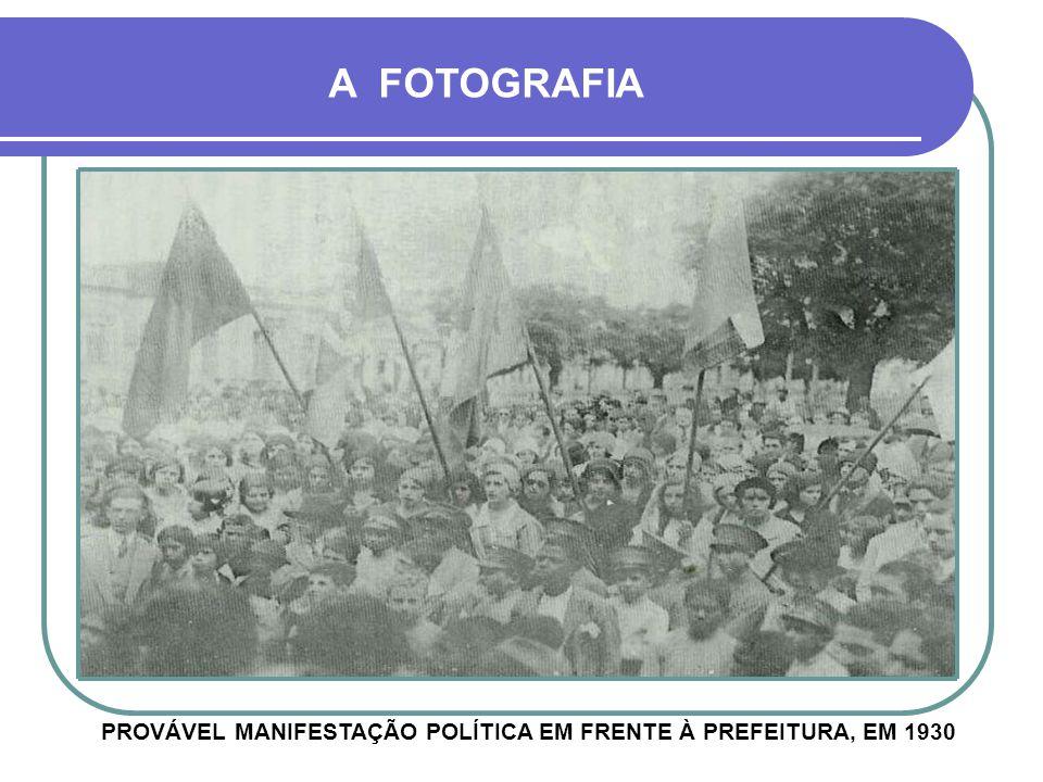 PROVÁVEL MANIFESTAÇÃO POLÍTICA EM FRENTE À PREFEITURA, EM 1930