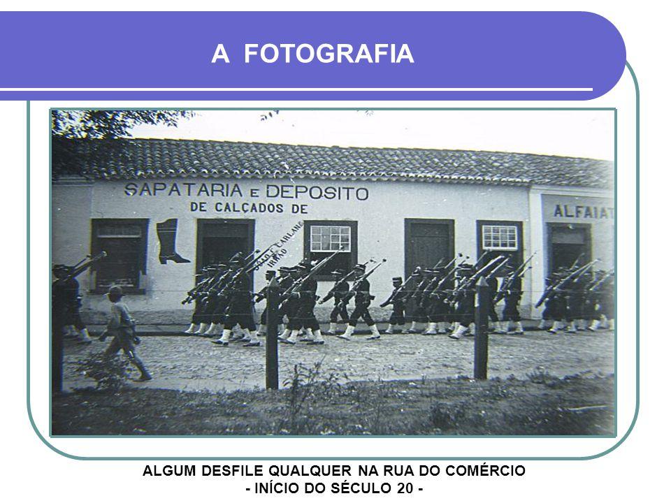 ALGUM DESFILE QUALQUER NA RUA DO COMÉRCIO - INÍCIO DO SÉCULO 20 -