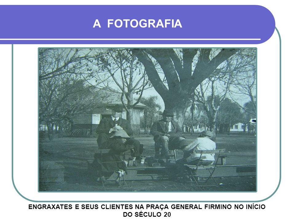 A FOTOGRAFIA ENGRAXATES E SEUS CLIENTES NA PRAÇA GENERAL FIRMINO NO INÍCIO DO SÉCULO 20.