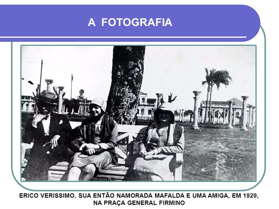 A FOTOGRAFIA ERICO VERISSIMO, SUA ENTÃO NAMORADA MAFALDA E UMA AMIGA, EM 1929, NA PRAÇA GENERAL FIRMINO.