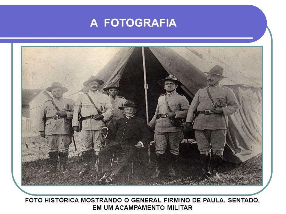 A FOTOGRAFIA FOTO HISTÓRICA MOSTRANDO O GENERAL FIRMINO DE PAULA, SENTADO, EM UM ACAMPAMENTO MILITAR.