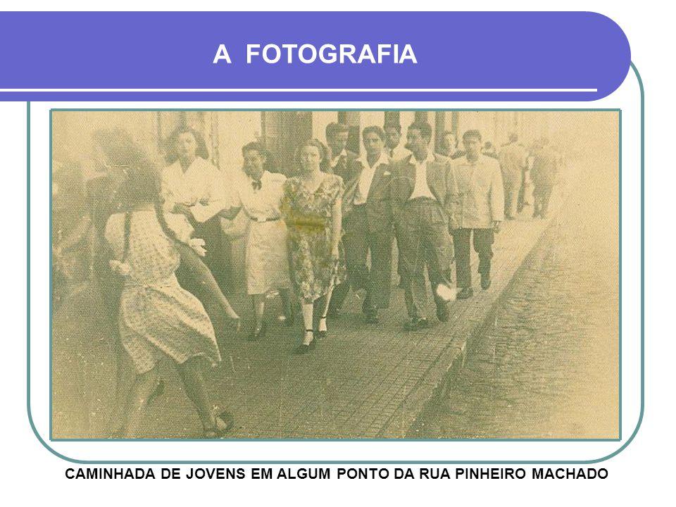 CAMINHADA DE JOVENS EM ALGUM PONTO DA RUA PINHEIRO MACHADO