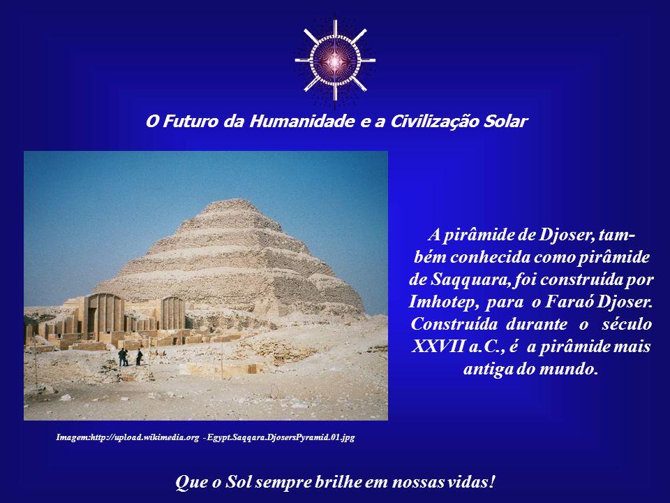 ☼ A pirâmide de Djoser, tam- bém conhecida como pirâmide