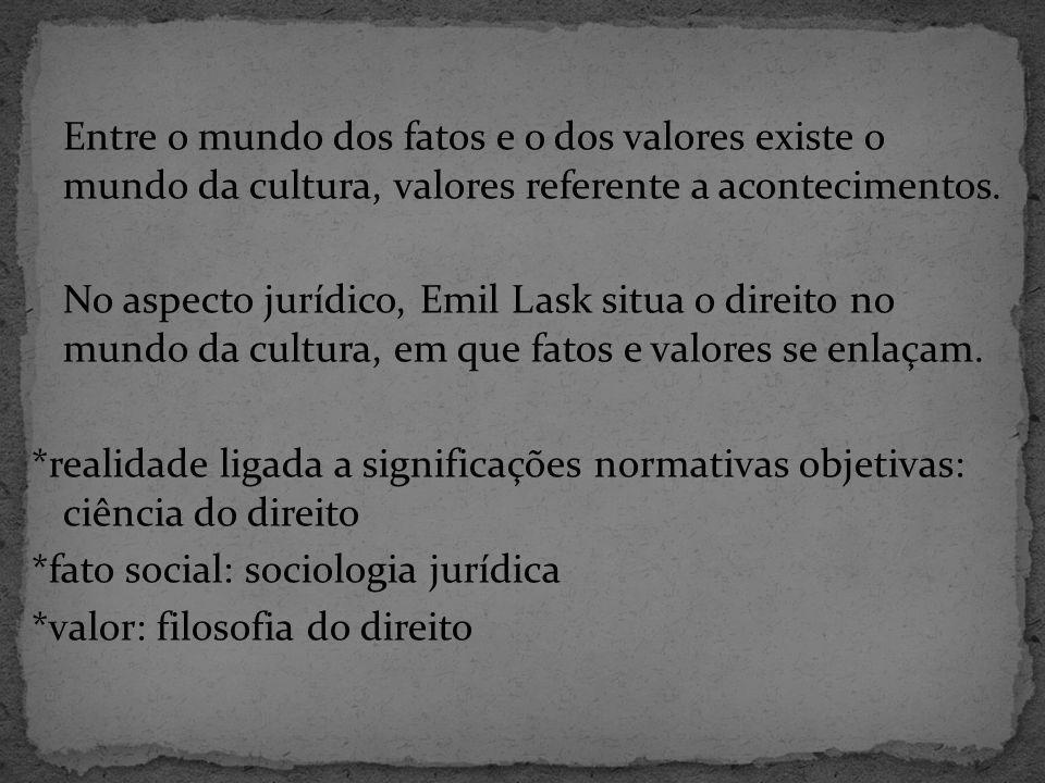 Entre o mundo dos fatos e o dos valores existe o mundo da cultura, valores referente a acontecimentos.