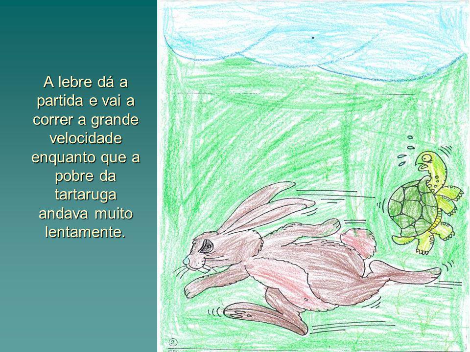 A lebre dá a partida e vai a correr a grande velocidade enquanto que a pobre da tartaruga andava muito lentamente.